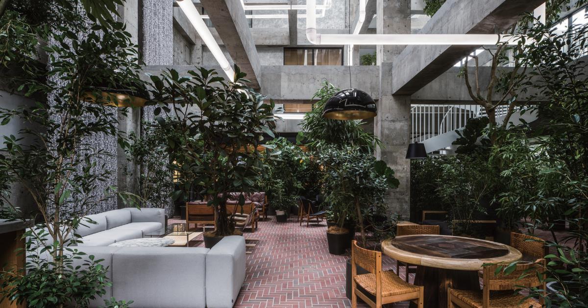 街の再建の起点となるホテル