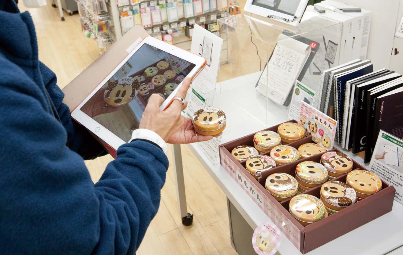 通常の業務の隙間時間で売り場に足を運び、ツイートのネタを探す。サイズ感が伝わるよう手に持って撮影したり、商品の全体像がわかるように背景を写すなど、細かい工夫も。