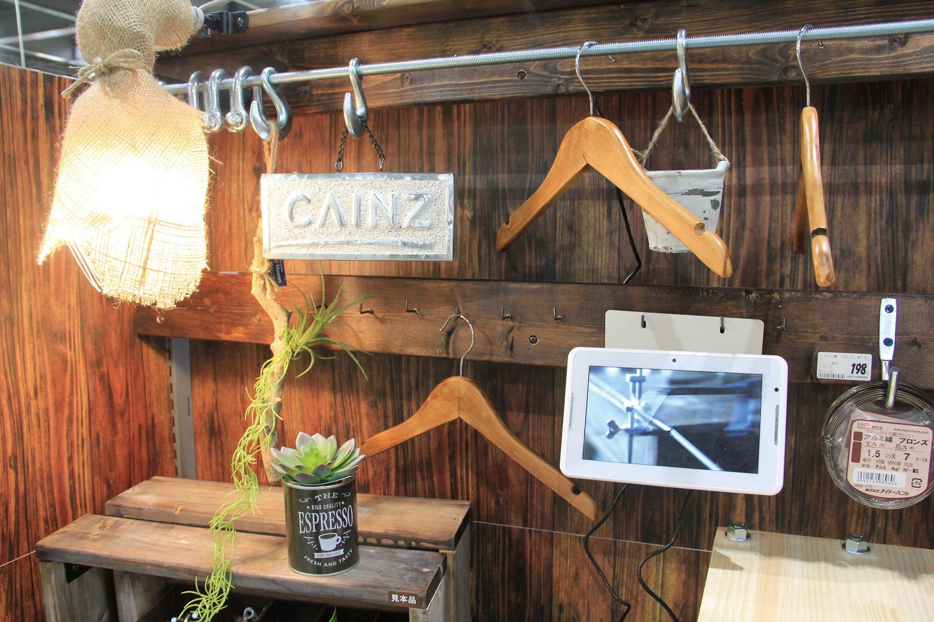 カインズでは店頭で動画を配信するために小型モニターを設置している。