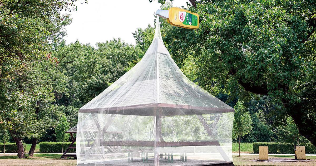 あずま屋に蚊帳 商品特徴をそのまま現実世界に(国内外のOOHアイデア01)