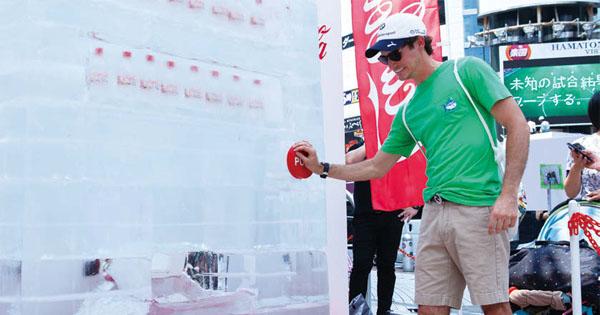 氷の自販機から「コカ・コーラ クリア」透明なコーラの爽快感を演出