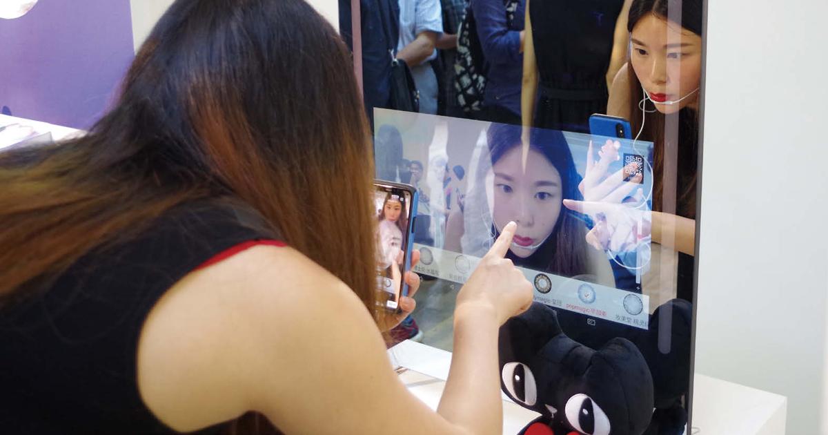 カラコン試着できるディスプレイ披露 日本企業は中国市場に期待