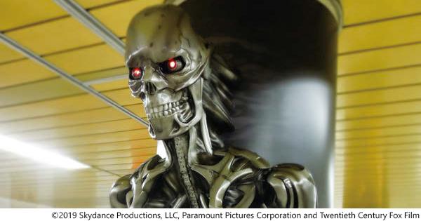映画『ターミネーター』最新作 3Dの柱巻広告が新宿駅に