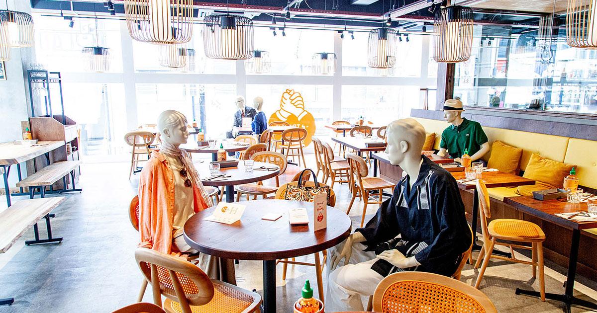 ビームスが飲食店にマネキン設置し春夏商品のプロモーション