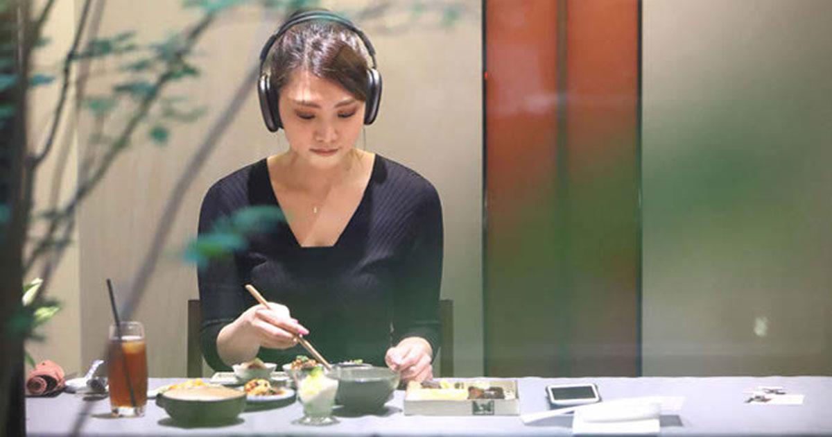 四川料理店が黙食を楽しめるように、聴きながら料理を楽しむ体験を創出