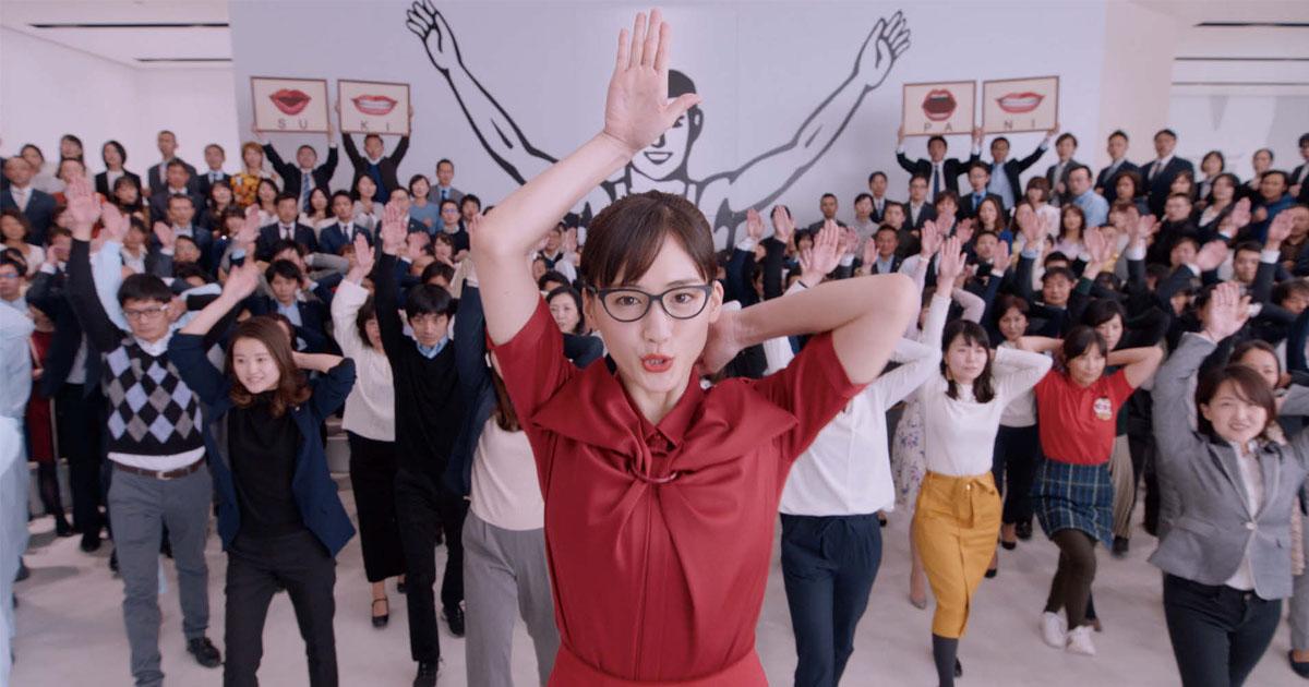 「スキパニスマイル」で世界中の人々を笑顔に!江崎グリコの新・企業広告